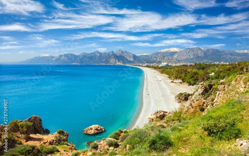Fototapeta premium Widok z lotu ptaka na piękną błękitną zatokę i długą plażę Konyaalti w Antalyi, Turcja.