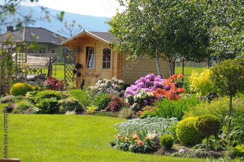 Drewniany domek altanka w ogrodzie