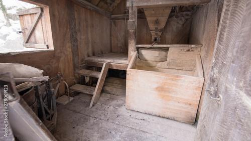 Fotografia interior of retro wooden watermill