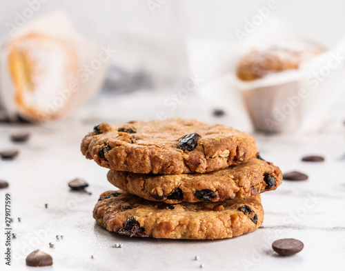 Foto American chocolate chip cookies with chocolate on light marble background