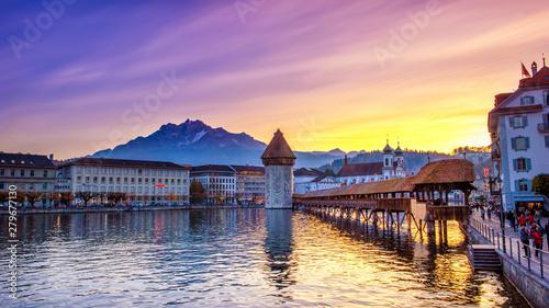 Fotografia Lucerne, Switzerland; 11/01/2017; Historic city center with its famous Chapel Bridge and Mt