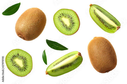 Fotografia kiwi fruit with slices and green leaves isolated on a white background