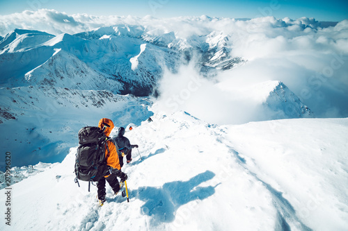 Fotografia A group of climbers ascending a mountain in winter
