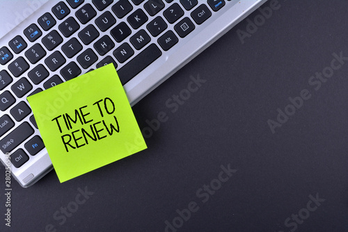 Obraz na plátně Sticky note on keyboard with text TIME TO RENEW