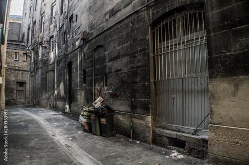 callejon sucio con basura
