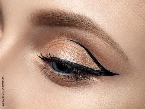Carta da parati Closeup of beautiful woman eye with fashion makeup