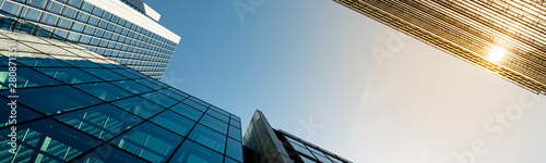 Obraz na plátne Modern city building architecture with glass fronts on a clear day in London, En