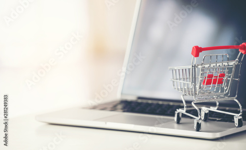 Cuadros en Lienzo shopping cart with laptop on the desk