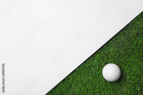 Golf ball and white paper on green artificial grass, top view with space for tex Fototapet