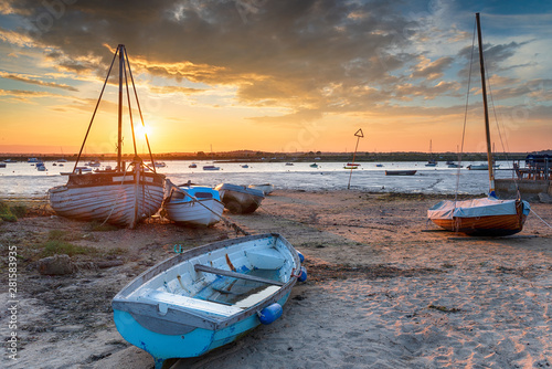 Платно Beautiful sunset over boats on the beach at West Mersea,