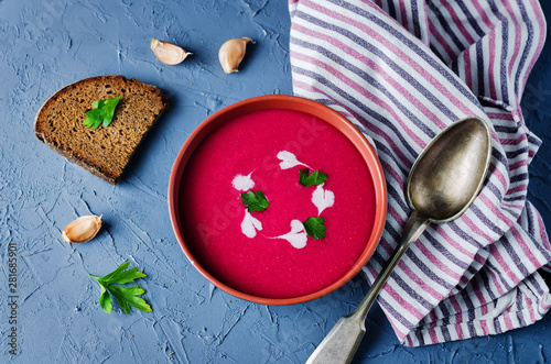 Canvas Print Beet soup with cream and parsley leaves