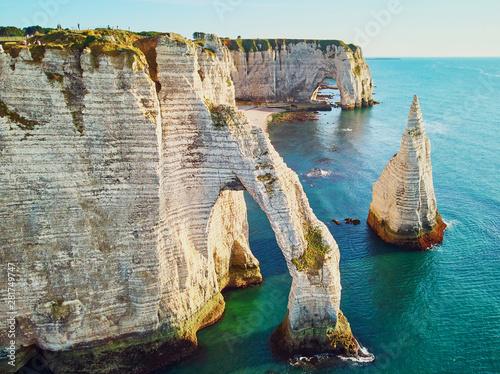 Foto Picturesque landscape of white chalk cliffs and natural arches of Etretat, Franc
