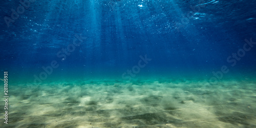 Fotografia Underwater background with ocean water. At the bottom of the sea.