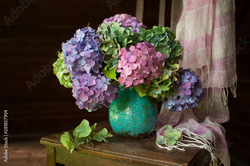 Obraz na plátne Bouquet of hydrangea flowers in a vase on a chair