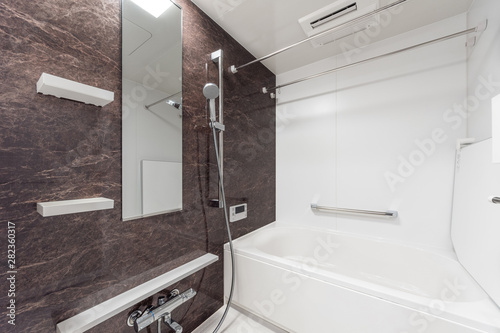 Tableau sur Toile 新築分譲マンションのきれいな浴室