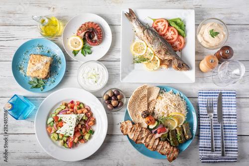 Fotografija assorted popular greek plates with flat lay angle