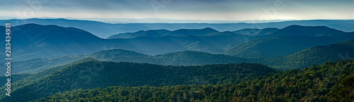 Fotografia View of Blue Ridge Mountains (near) and Appalachian Mountains (distance) from overlook on Skyline Drive in Shenandoah National Park, Virginia, USA, in late September