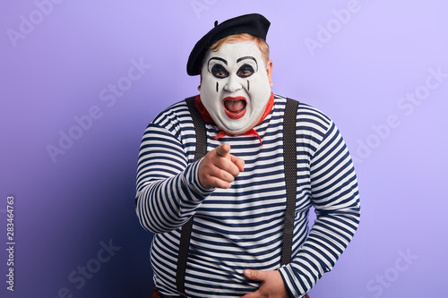 Fotografia funny clown showing with index finger to the camera