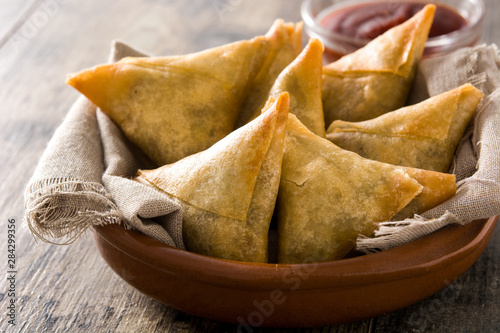 Canvas Print Samsa or samosas with meat and vegetables in bowl on wooden table