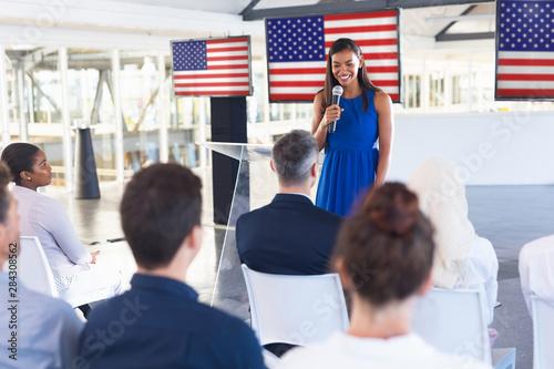 Photo Female speaker speaks in a business seminar