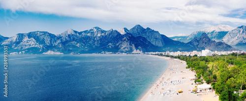 Fototapeta premium Panoramiczny widok na plażę Konyaalti i Morze Śródziemne na tle gór w Antalya, Turcja