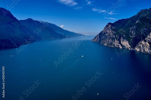 Fotografia Panorama of Lake Garda surrounded by mountains in Riva del Garda, Italy