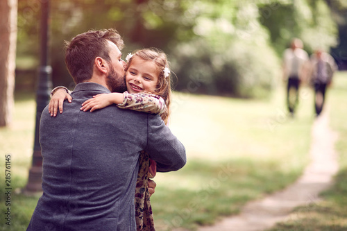 Photo school girl hugging their father after school.