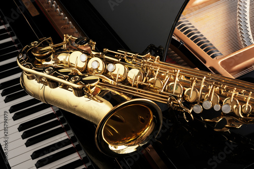 Photo saxophone on grand piano