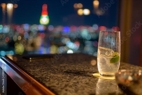 Fototapeta 高級バー、飲みかけのカクテルと夜景