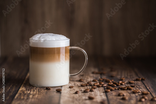 Photographie Cafe latte macchiato layered coffee in a see through glass cup