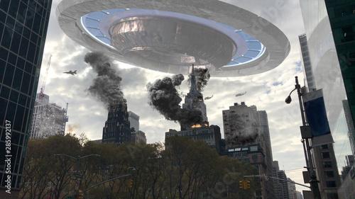Fotografia Alien Spaceship Invasion Over Destroyed New York Illustration