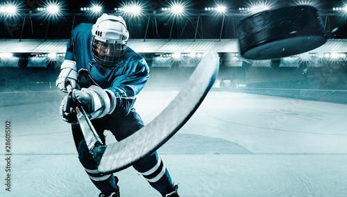 Hokeista zawodnik w kasku i rękawice na stadionie z kijem. Strzał akcji. Koncepcja sportu.