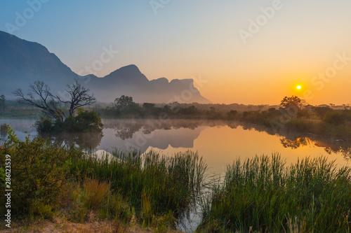 Fototapeta premium Magiczny krajobraz wschodu słońca w rezerwacie Entabeni Safari z górskim szczytem Hanglip lub Hanging Lip, Waterberg, prowincja Limpopo, RPA.