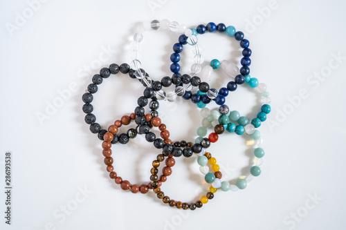 Fotografía High angle view on crystal semiprecious stone beads bracelets gems natural stone