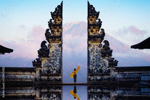 Fotografia Female tourist at temple gates of heaven