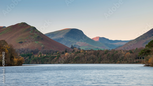 Photo Stunning long exposure landscape image of Derwent Water in Lake District during