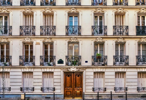 Photo Street view of the elegant facade of an old Parisian apartment building