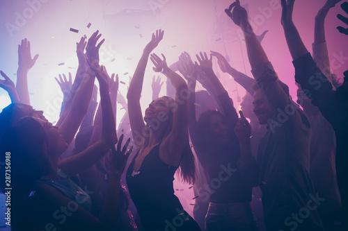 Fotografia Photo of many birthday event people dancing purple lights confetti flying enjoy