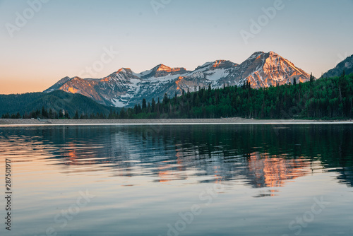 Obraz na plátně Mountains reflecting in Silver Lake Flat Reservoir at sunset, near the Alpine Lo