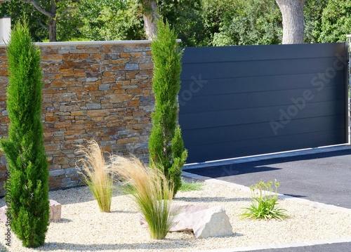 Moderner Vorgarten mit Mauer, Tor und Pflanzen Tapéta, Fotótapéta