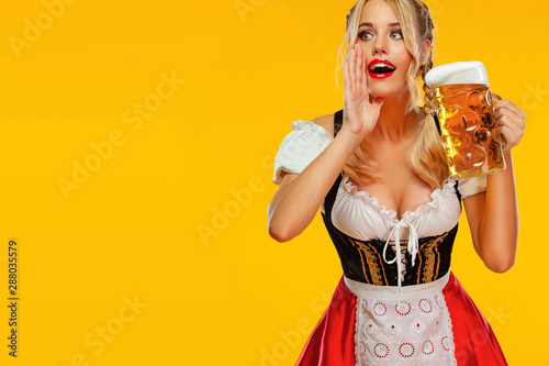 Fotografia Woman pointing to looking left and calls for a drink beer