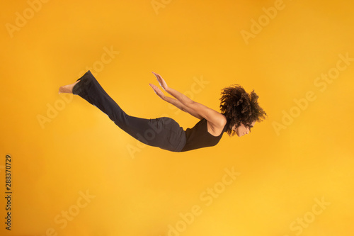 Valokuva Side view of afro hair woman in zero gravity or a fall