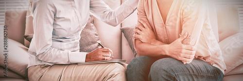 Fotografia Woman listening to therapist
