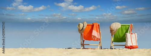 Photo schöner Strand mit bunten Liegestühlen