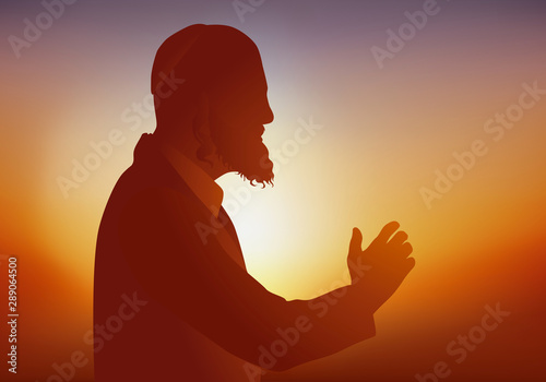 Photo Symbole de la religion judaïque avec un Rabbin qui prie et prêche devant ses fidèles en portant un habit traditionnel