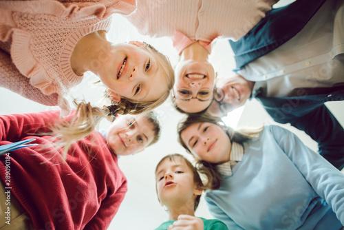 Photo Witzige Schüler und Lehrerin als Team in der Schule