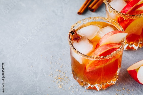 Photographie Chai spiced Apple cider cocktail for Halloween or Thanksgiving in glass
