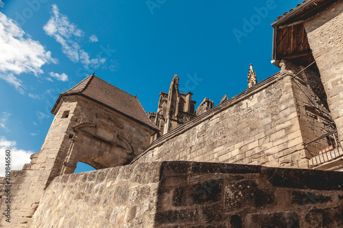 Fotografia view from below of the majestic walls of the abbey of saint Antoine