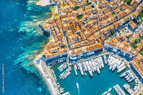 Fotografia View of the city of Saint-Tropez, Provence, Cote d'Azur, a popular destination f