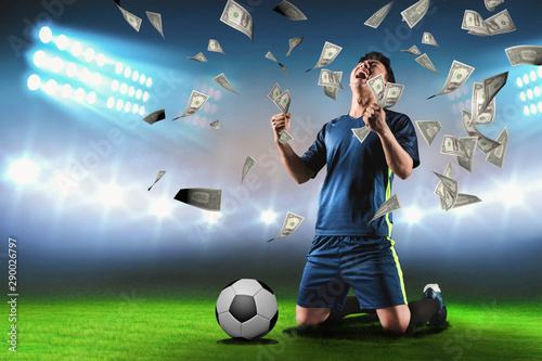 Fotografia Footballer rejoices at the stadium for winning a rich soccer bet - Image